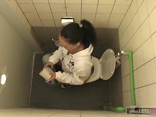 Fisting Egon fickt die Nichte auf dem Bahnhofsklo