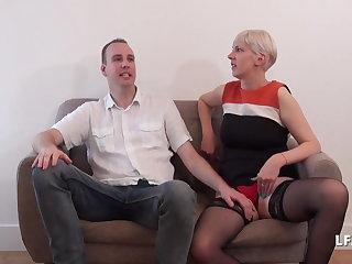 Pantyhose Casting couple avec MILF aux gros seins offerte par le mari